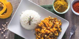 Cavolfiore e ceci al curry con salsa allo yogurt